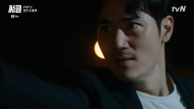 Joon-hyeok pointing a gun at Dong-geon